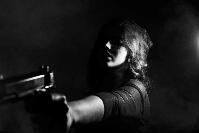 Kobieta trzyma pistolet