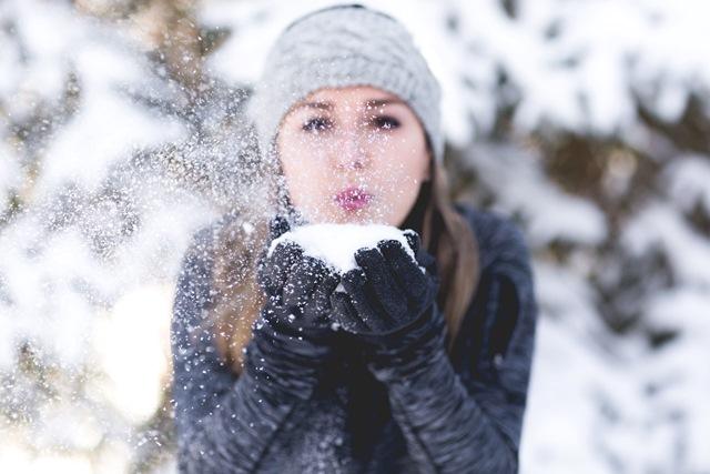 Pani dmucha śniegiem
