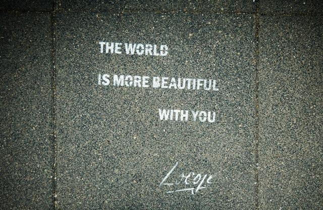 napis na chodniku