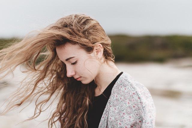 przepraszam-że-piszę-smutna-dziewczyna-z-rozwianym-włosem
